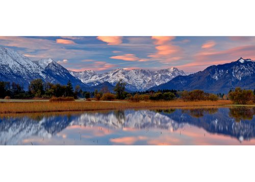 Murnauer Moos bei Murnau am Staffelsee gegen Estergebirge, Wettersteingebirge und Ettaler Mandl (1633m) am Morgen, Oberbayern, Bayern, Deutschland