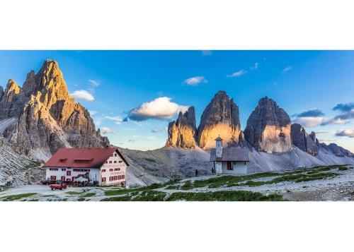 Dreizinnenhütte gegen Paternkofel (2744m) und die Nordwände der Drei Zinnen (2999m) im Abendlicht, Sextner Dolomiten, Trentino-Südtirol, Italien