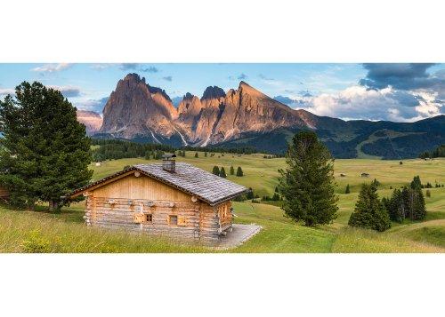 Hütte gegen Langkofelgruppe mit Langkofel (Sassolungo 3181m) und Plattkofel (Sassopiatto 2969m), Seiser Alm, Grödnertal, Provinz Bozen, Trentino-Südtirol, Italien