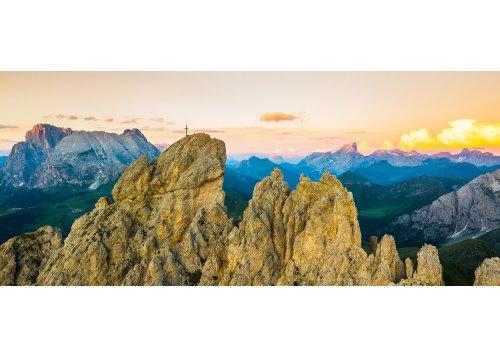 Gipfel des Denti di Terrarossa (Pferdezähne) und der Berg Sassopiatto dahinter bei Sonnenuntergang
